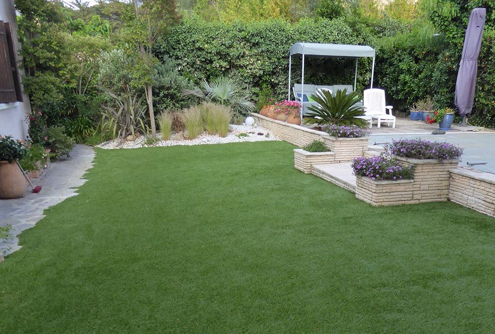 Pose de gazon synthétique sur toute la surface d'un jardin