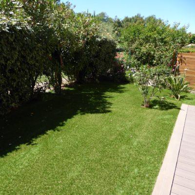 Pose de gazon synthétique dans un jardin